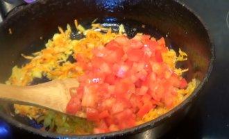 обжариваем перец и помидоры