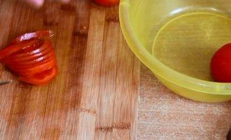 помидоры нарезаем полукольцами
